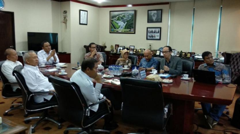 Kepala BNN Drs. Heru Winarko yang didampingi oleh Kepala Biro Perencanaan, Kepala Puslitdatin dan Direktur Diseminasi Informasi menerima audiensi paparan tentang Kajian Penyusunan Indeks Kota Tanggap Ancaman Narkoba Universitas Padjadjaran di Ruang Kerja Kepala BNN, (24/07).